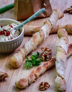 Knusprige Wurzelstangen mit mediterranem Dip - perfektes Partyfood!