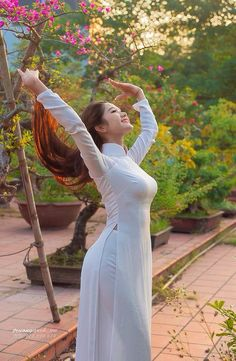 """Vietnamese """"Ao Dai or long dress.the great white hype Japanese Beauty, Asian Beauty, Athletic Hairstyles, Ethno Style, Vietnamese Traditional Dress, Vietnamese Dress, Vietnam Girl, Ao Dai Vietnam, Beautiful Asian Women"""