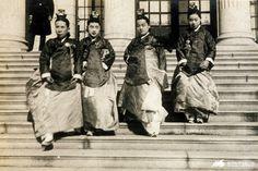 상궁 Old Pictures, Old Photos, Vintage Photos, Syngman Rhee, Korean Photo, Korean Peninsula, Korean Traditional, Historical Photos, Buddhism