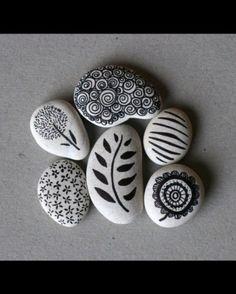 Met watervaste stift (Sharpies) stenen versieren.