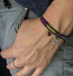 Ein geknüpftes **Armband** mit eingearbeiteten Toho-Rocailles, baumelnden Linsen und Tröpfchen.  Es ist größenverstellbar und lässt sich somit individuell anpassen.  Material: S-Lon Cord...