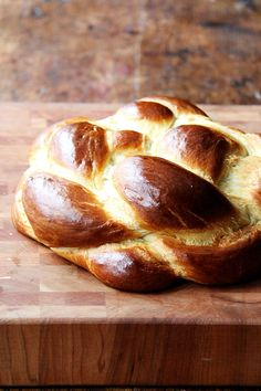challah bread Hollys Challah makes me wanna Holla Holla! This simple challah bread recipe bakes into a perfectly golden, light and airy loaf. My friend wait for it Holly taught me how to make it, and it is perfection. Challah Bread Recipes, Round Challah Recipe, Sweet Yeast Bread Recipe, Peasant Bread, No Rise Bread, Savarin, Jewish Recipes, Instant Yeast, Bread Baking