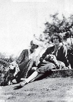 Vita Sackville-West and Virginia Woolf with a flat coat and another snipe hunting dog at Monk's House in 1933.