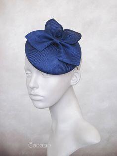 Klein bleu parasisal percher chapeau whith par CoconoMillinery