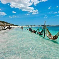 A praia de Jericoacoara, no Ceará é um ótimo destino nacional de lua de mel para casais que amam o verão.