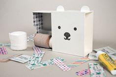 Este projeto foi pensado nas crianças, que tem um certo medo de remédios, gazes e Band-Aids. Quem diria que uma embalagem poderia deixar o Kit de primeiros socorros muito menos assustador.     Designed  by Amy Chen