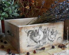 Короб для хранения Петухи винтажные.. Старый короб из сосны,в котором можно хранить лук и чеснок,кухонные полотенца и салфетки, или всякие нужные хозяйственные мелочи.  Декорирован в технике декупаж,искусственно состарен. Обжиг,браширование,морение.