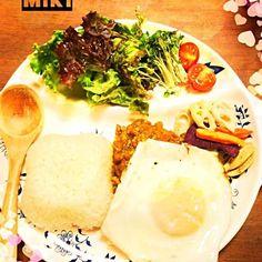 ドライカレー、目玉焼き添え、野菜チップ添えです♡ - 8件のもぐもぐ - ドライカレー⭐ by kysmikikou