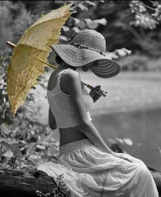 pop of color / photogenic images / photography art / yellow umbrella