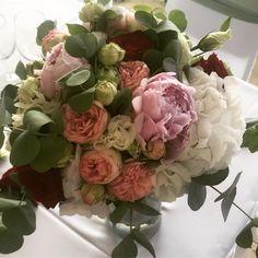 8c76ff37ce Ez a menyasszonyi csokor egy nyári esküvőre készült, ahol a peónia és a  többi virág