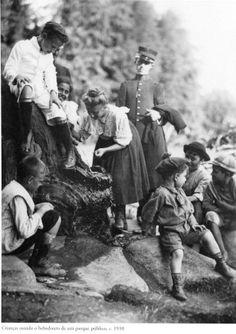 1910 - Crianças usando o bebedouro de um parque público. Foto de Vincenzo Pastore. Acervo do Instituto Moreira Salles.