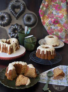 Mini Bundt Cakes de vainilla y cardamomo con cobertura de chocolate blanco y…