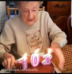 birthday old lol animated GIF Beste Gif, Happy Birthday Grandma, Whatsapp Videos, Birthday Cake With Candles, Apps, Birthday Woman, Workout Humor, Birthday Celebration, Birthday Greetings