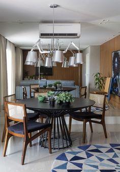 Décor do dia: sala de jantar com madeira e tons de azul (Foto: Evelyn Muller/Divulgação)
