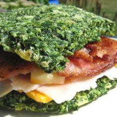 Sándwich de espinaca horneada con tocino, queso y vegetales al gusto. | 16 Sándwiches sin pan que sí querrás comer