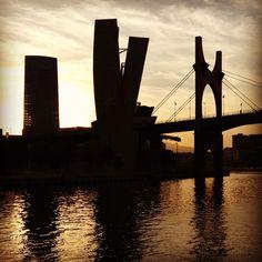 Bilbao a través de Instagram en 100 fotografías_www.bilbaoarchitecture.com Guggenheim Bilbao, Athletic Clubs, Amazing Buildings, Basque Country, Brooklyn Bridge, Golden Gate Bridge, Instagram, Skyline, City