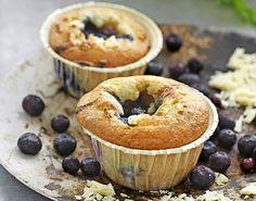 Prøv disse herlige muffinsene toppet med blåbær og hvit sjokolade! Smaker himmelsk til kaffen og er laget med mandelmel som gjør dem perfekt for glutenallergikere.