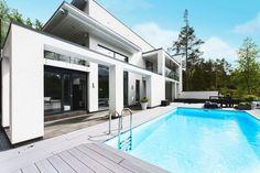 Upea uima-allas modernin kivitalon terassilla