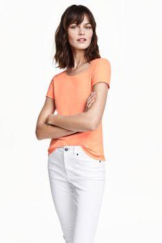 Tričko z flámkového žerzeje: CONSCIOUS. Přiléhavé tričko z měkkého flámkového žerzeje z biobavlněné tkaniny. Má krátký rukáv a mírně zakulacený dolní lem.