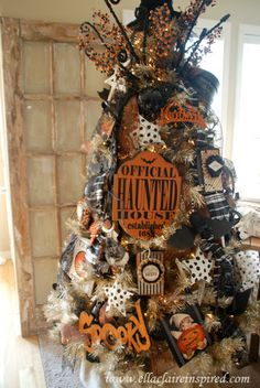 "{Ella Claire}: My Halloween Tree - I'm so envious - GORGEOUS - obviously not a home ""owned by a cat"" Halloween Christmas Tree, Fröhliches Halloween, Adornos Halloween, Holiday Tree, Halloween Party Decor, Holidays Halloween, Holiday Fun, Halloween Tree Decorations, Holiday Ideas"