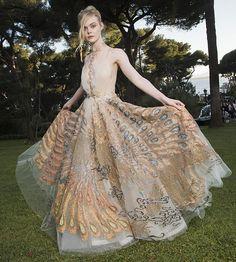 La actriz Elle Fanning, con un diseño en el que llama especialmente la atención su falda con estampado de pavo real