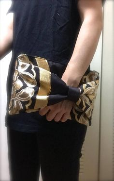 This beautiful and thick Obi turned beautiful clutch bag! You can hold the clutch bag from underneath the bow. It is easy to carry!! This Obi is great condition. No stain. No damage. You can flip over the bow and enjoy different style! -Made with silk OBI. (The lining is also made of silk Obi.) -Size : W24cm× H14cm (9.4 x 5.5) **Please be aware that this product is not water resistant and the color will run if wet. **Non washable. **Recommend to use waterproof spray before use to prevent…
