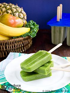 Green Smoothie Pops - Enjoy the goodness of a green smoothie in a fun, frozen treat! Kids won't even know they're eating veggies. These green smoothie pops are a perfect healthy snack for summertime. Healthy Summer Recipes, Healthy Snacks, Healthy Eating, Healthy Kids, Healthy Popsicles, Clean Eating, Kid Snacks, Healthy Juices, Yogurt