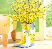 Have an extra pair of yellow rain boots around the house? Use them for flowers. A very cute and playful decoration for Spring!