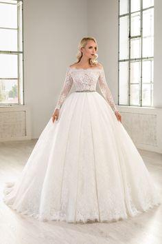 Rochie de mireasa stil printesa croita din tulle, aplicatii de broderie platinata. Un design care îmbina aspectul amplu al fustei cu senzualitatea unui decolteu tip barcuta si manecile cazute pe umar . La toate acestea se adauga fusta stil rochie de bal si sclipirile stralucitoare ale margelelor. O rochie eleganta, romantica si extrem de feminina. Disney Princess Dresses, Wedding Dresses, Outfits, Fashion, Bride Groom Dress, Engagement, White Wedding Dresses, Boyfriends, Marriage Dress