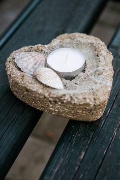 Z hypertufy natlačené do plastového srdíčka od bonbonů vznikne svícen, miska na ořechy nebo mělký květináč; Archiv redakce