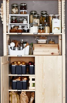 Nous aimons tous manger ! Et cuisiner… Plus encore ! Mais il peut y avoir une surabondance de nourriture et beaucoup de déchets. Libérez de la place dans un placard et utilisez des pots en verre pour les aliments secs. C'est plus ordonné, non ? Découvrez nos idées pour conserver facilement les aliments ! Armoire IVAR, 79,90/pce. #IKEABE #idéeIKEA Cooking ... we love it! Want to waste less? Discover our ideas to easily preserve your favorite food. IVAR cabinet, 79,90/pce. #IKEABE #IKEAidea