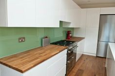 Made from a completely natural product, wooden worktops are a great way to give your kitchen a stylish and natural look. You can install wooden worktops to create a traditional. Stylish Kitchen, Kitchen Interior, Kitchen Flooring, White Kitchen Wooden Worktops, Dark Wood Kitchens, Handleless Kitchen, Kitchen Benches, Wooden Worktop Kitchen, Wood Worktop