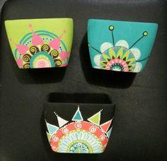 Decora tus macetas con pintura  acrilica <3 Painted Plant Pots, Painted Flower Pots, Pots D'argile, Clay Pots, Pottery Painting Designs, Paint Designs, Cactus Clipart, Painted River Rocks, Terracotta Pots