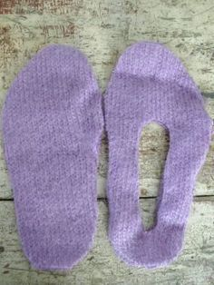 Chaussons slippers from an old sweater Crochet Shoes, Crochet Slippers, Knit Crochet, Felted Slippers Pattern, Sewing Clothes, Diy Clothes, Clothes Refashion, Sewing Slippers, Sweater Mittens
