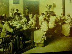 """La """"Escola de Bibliotecàries"""", precursora de la actual Facultad de Biblioteconomia y Documentación de la UB, durante el curso 1915-1916."""