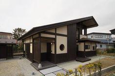 喜歡深色系的木質顏色,還是淺色系的? 這個位於秋田市的注文住宅,以傳統的在来木造工法建造,空間選用深咖啡色系,形塑成熟穩重的住宅格局。為了便利帶著寵物從外面散步來的主人,特意在玄關處設置洗手台,讓屋主和寵物都可以清潔一番再進入屋內。 via エスケイホーム