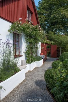 Ateljé Harmoni och Glädje — Almbacken Trädgårdsdesign Painting The Roses Red, Beautiful Buildings, Topiary, Garden Design, Cottage, Cabin, Photo And Video, House Styles, Places