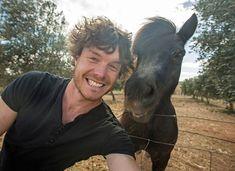 """Allan Dixon est un irlandais qui """"murmure à l'oreille des animaux"""".    Un brin de causette à un kangourou, et le voilà qui..."""