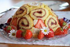 Annonse: Stonewall Kitchen Hei! Her skal du få en nydelig jordbærkake av meg! Charlotte Royale er en berømt kuppelformet kake som består av rullekakeskiver og fromasjfyll. Kaken kalles også ofte for Charlotte Russe (se for eksempel denne oppskriften som jeg har fylt med sitronfromasj og denne med skogsbærfromasj). Men her har jeg altså fylt kaken med en luftig jordbærfromasj og i rullekaken har jeg brukt jordbærsyltetøy. Mmmm... elsker jordbær! Det er viktig for smaken at du bruker… Mousse, Waffles, Charlotte, Strawberry, Fruit, Breakfast, Food, Morning Coffee, Eten