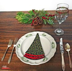 Sew this: Christmas Tree Shaped Napkins - Free Pattern | Craft Warehouse Christmas Sewing, Christmas Fabric, Christmas Tree Napkins, Christmas Templates, Tree Shapes, Sewing Projects For Beginners, Christmas Crafts, Christmas Ideas, Christmas Decorations