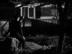"La noche del cazador (The Night of the Hunter, 1955). El predicador Harry Powell (Robert Mitchun) canta ""Leaning on the Everlasting Arms"" mientras la señorita Cooper (Lilian Gish) monta guardia y luego le acompaña en el canto.  Leaning on the Everlasting Arms What a fellowship, what a joy divine, Leaning on the everlasting arms; What a blessedness, what a peace is mine, Leaning on the everlasting arms..."