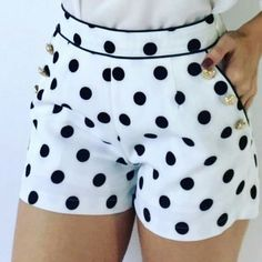 Short shorts to sew, white fabric with polka dots. Black t-shirt and black tabk top and flip flops They may be known by many names but these short pants have become known and loved […] Mode Outfits, Short Outfits, Summer Outfits, Fashion Outfits, Fashion 2018, Daily Fashion, Dress Fashion, Bermudas Fashion, Tight Dresses