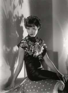 Studio photography by Paul Tanqueray - Anna May Wong the first Chinese-American Hollywood icon. Old Hollywood Glamour, Golden Age Of Hollywood, Vintage Glamour, Vintage Hollywood, Vintage Beauty, Classic Hollywood, Vintage Fashion, Silent Film Stars, Movie Stars