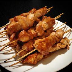 Des petites brochettes de blancs de poulet marinés et laqués à la sauce Teriyaki