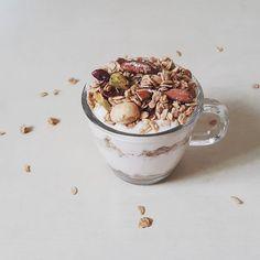 Today's breakfast  #soyyogurt  #granola 오랜만에 올리는 아침사진 요거트에 다양한 넛이 섞인 #그라놀라 를 듬뿍듬뿍 뿌려먹으며 아침부터 든든하게 신랑은 #우유요거트 에 나는 직접 만는 #두유요거트 에. 꼬숩와요  #오늘뭐먹지 #홈메이드두유요거트 #그래뉼라 #비건푸드 #veganfood #plantbased #wholefoods #breakfast #whatveganseat #myfooddiary