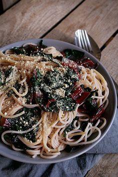 Diese Nudeln mache ich mir immer, wenn es schnell gehen muss. Für die Zubereitung brauchst du nämlich nur die Kochzeit der Spaghetti und zusätzlich 2 - 3 Minuten einzuplanen. Und schon steht das Essen auf dem Tisch. Den Mangold gebeich…