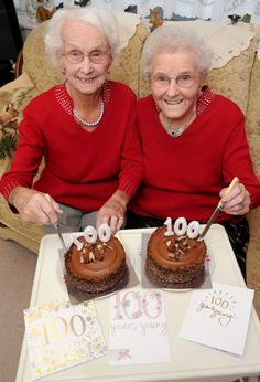 Meet Irene Crump and Phyllis Jones – twin sisters who just celebrated their birthday together! The twins were born 25 minutes apart on November 1916 and went to the same school, had the… Growing Old Together, Old Faces, Advanced Style, Young At Heart, Stay Young, Twin Sisters, Aging Gracefully, Forever Young, Getting Old