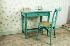 Un mueble reciclado. Madera maciza pintada para crear un estilo vintage.
