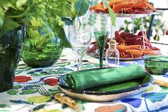 In August it's time to celebrate the Swedish crayfish season. Set the table for a traditional crayfish party by combining reds with colours such green and blue. Find inspiration and products for table settings in Svenskt Tenn's store and webshop.