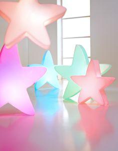 #Fleurami Lumenio LED Stern | Als Design-Neuheit sorgt der LUMENIO LED Stern sofort für feierliche Stimmung: Einfach aufgestellt und angeschaltet, entfaltet er ...